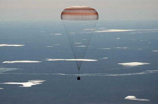 """Слетање капсуле """"сојуз МС-02"""" са члановима 50. експедиције на МКС, међу којима је био и Рижиков, у Казахстану"""