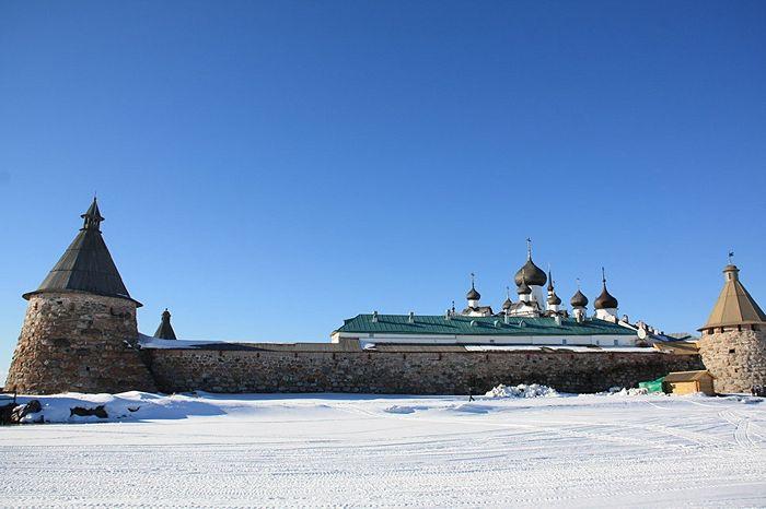 Богатырские башни и луковицы соборов монастыря видны из любой точки Соловецкого поселка. Фото: Александр Кудрявцев