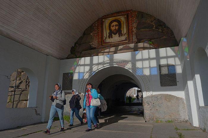 Туристы у главного входа в Соловецкий ставропигиальный мужской монастырь. Фото:РИА Новости/Владимир Трефилов