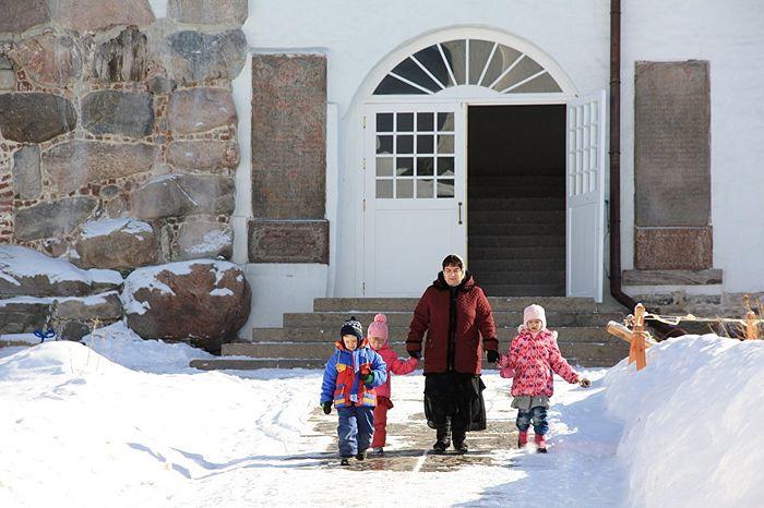 Многие жители Соловецкого поселка приходят в монастырский храм с детьми. Фото: Александр Кудрявцев