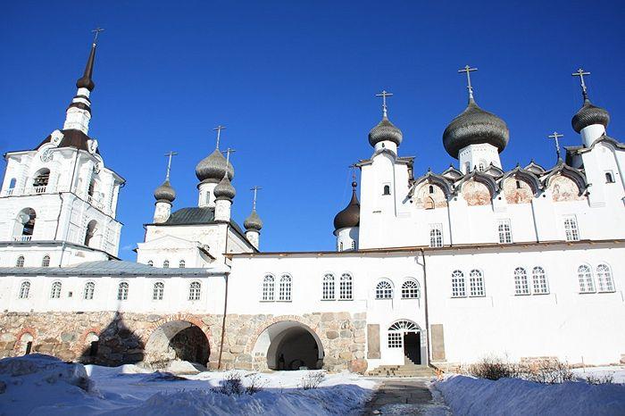 За Святыми воротами гостя встречают монастырские храмы. Фото: Александр Кудрявцев