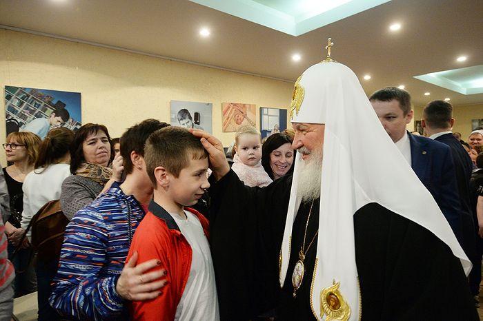 Картинки по запросу патриарх кирилл посетил детскую больницу