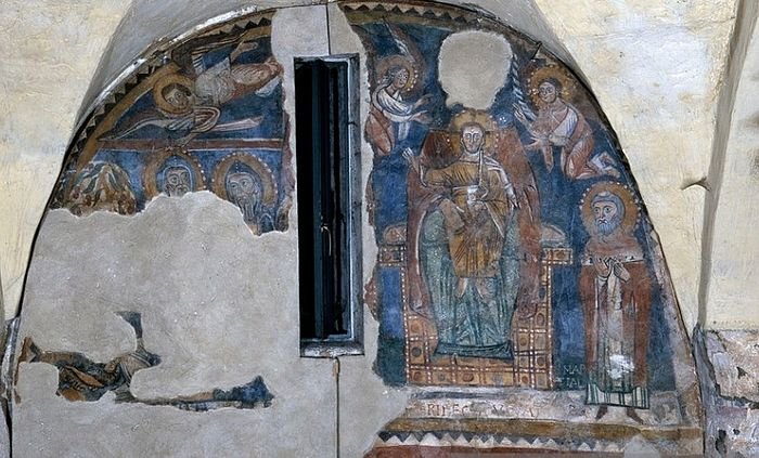 Italy, Umbria, Spoleto, Church of Saint Ansano. Whole artwork view. Fragment of a fresco relocated in 1971 after a previous detachment and restoration. In the upper part an enthroned Madonna and Child with Saints Isaac and Martial. Photo: http://www.gettyimages.com
