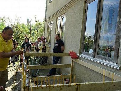 Лик Пресвятой Богородицы чудесным образом отобразился на окне дома в Абхазии