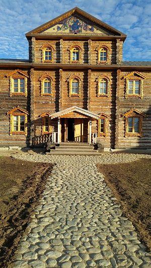 Вход в игуменский корпус Трифонов Печенгского монастыря