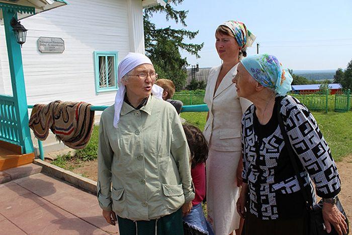 Краевед Галина Мальцева (крайняя слева)