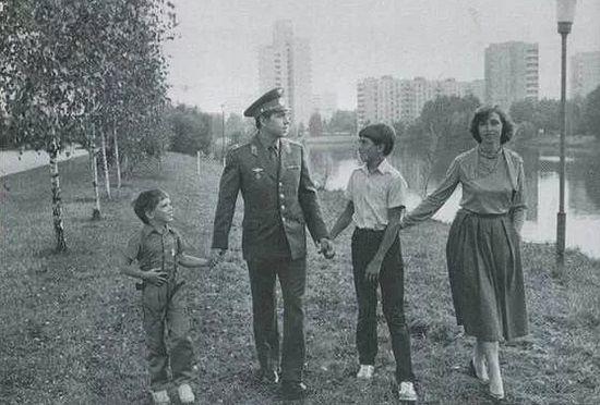 Сергей Волков с отцом, мамой и братом, 1985 г.