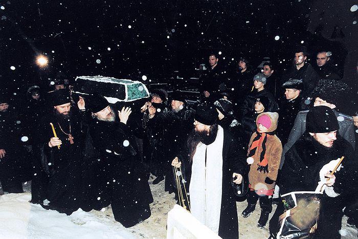 Изнесение обретенных останков блаженной старицы Матроны из Даниловского кладбища 8 марта 1998 г