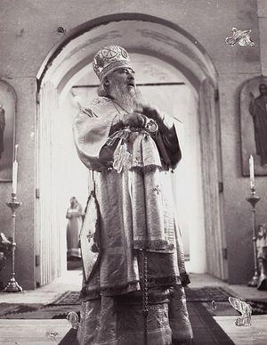 Владыка Мелхиседек говорит первую после возвращения храма проповедь в Покровском