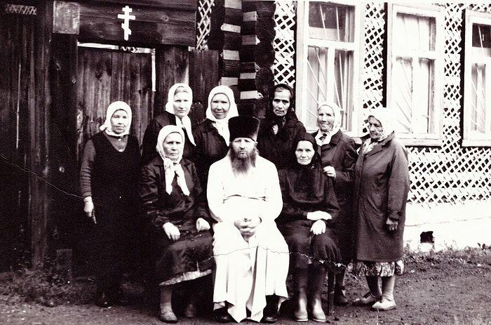 Отец Владимир с прихожанками