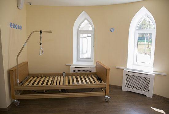 Палаты расположены в хосписе на первом и втором этажах. Из каждой — отличный вид и выход на балкон или веранду