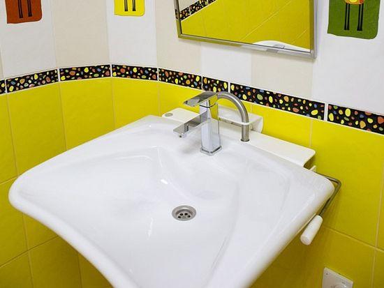 В каждой палате — большая ванная комната, в которой есть все необходимое. Отделка невероятно радует глаз и заставляет улыбаться