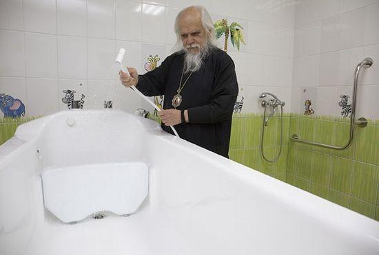 Функциональная ванна для пациентов. Она может опускаться и подниматься