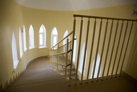 Спускаясь с этажа на этаж по лестнице, представляешь себя в замке. Но есть еще и просторный быстрый лифт — с 1 на 3 этаж На одном из просторных балконов третьего этажа, где можно не только дышать свежим воздухом, но даже гулять туда-сюда, принимая солнечные ванны