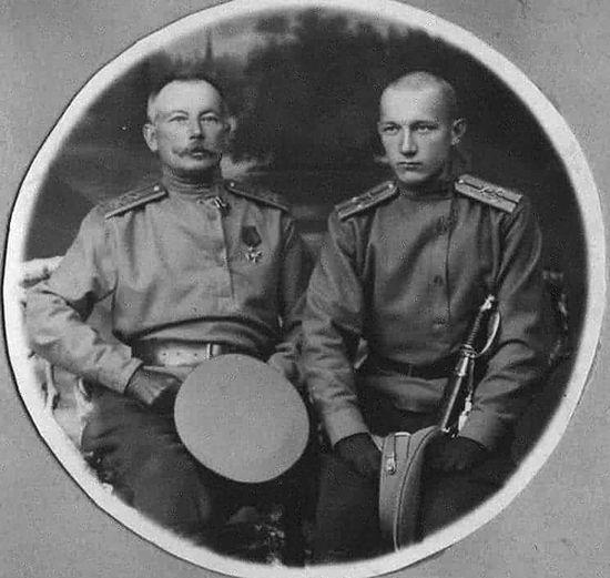 Отец и сын Никитины перед отъездом на фронт, 1914 год.