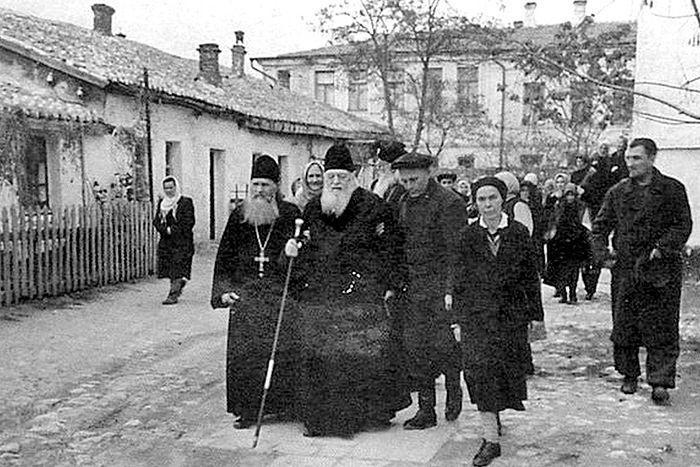 Архиепископ Лука после службы у собора Святой Троицы. Симферополь. 1953 г.
