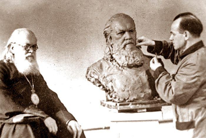 Работа скульптора Оленина над бюстом лауреата Сталинской премии архиепископа Луки, 1946 г.