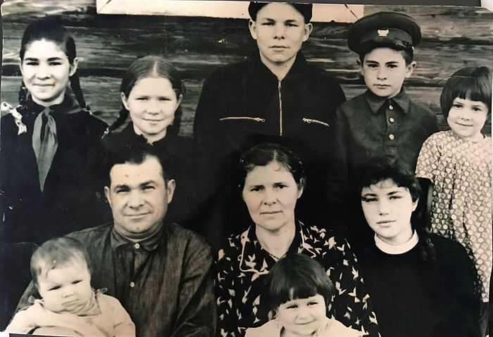 Дедушка, бабушка и их восемь детей
