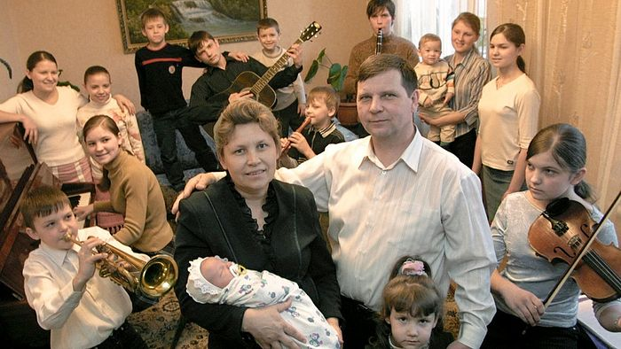 Тамара и Александр Курницкие со своими детьми. Недавно у Курницких появился пятнадцатый ребенок - теперь этой многодетной семье восемь братьев и семь сестер. Фото: Валерий Матыцин/ТАСС