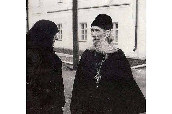 Игумения Николая со старцем Кириллом в Оптиной Пустыне в 1990 году