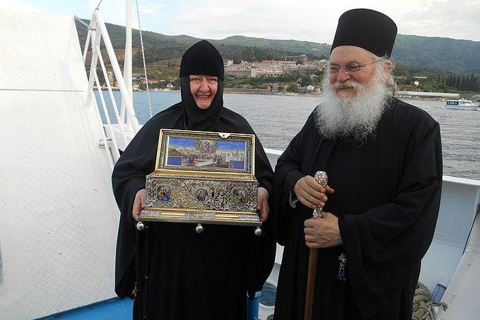 Игумен Ватопедского монастыря архимандрит Ефрем и игумения Николая с Поясом Божией Матери