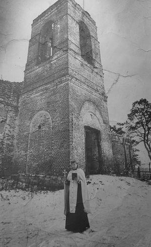 Протоиерей Игорь Горячев у разрушенного храма 25 лет назад