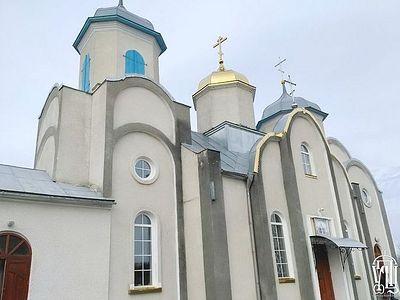 Священника сбросили с лестницы, сломали царские врата... Раскольники захватили храм в селе на Тернопольщине