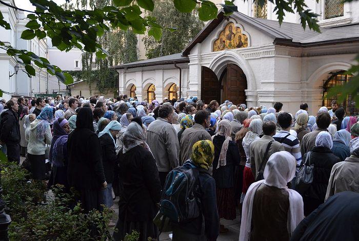 Прихожане Сретенского монастыря на улице во время службы