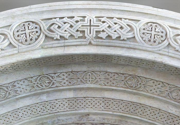 Каменная надвратная резьба храма
