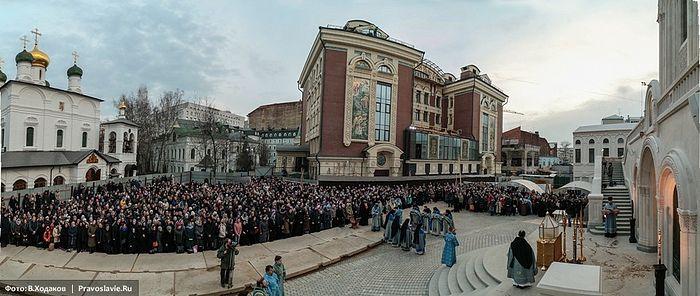 Служение Литургии Преждеосвященных Даров на площади перед новым храмом. 15 марта 2017 года