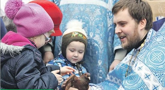 Отец Роман с детьми прихожан