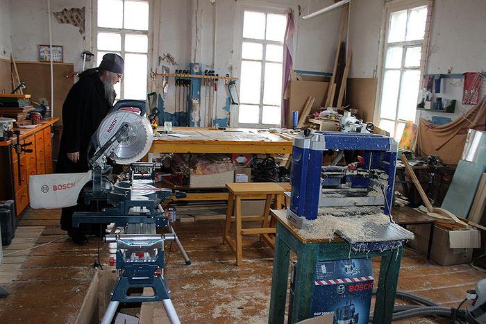 В приходской мастерской царит атмосфера рабочая
