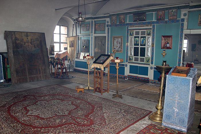 В храме деревни Онежье
