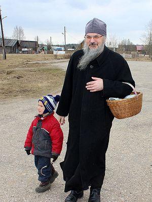 Отца Антония встретили недалеко от храма