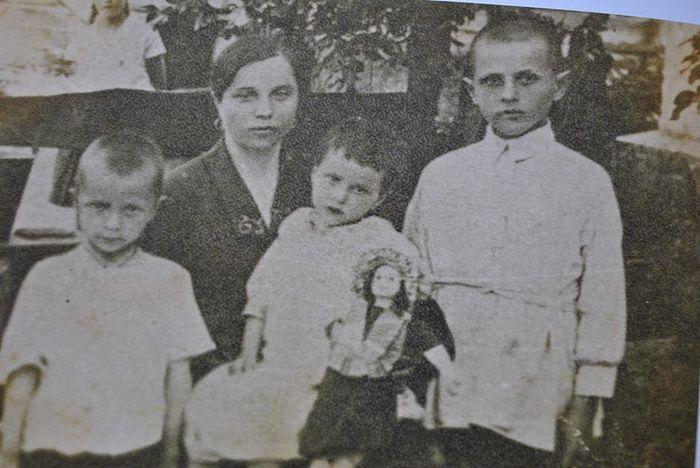 С мамой Иустинией Ивановной. Миша Бойко слева.