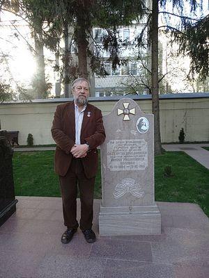 Александр Богатырев у памятника сестре Марии Ивановой