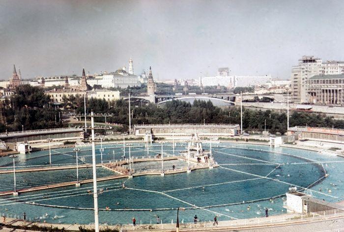Открытый плавательный бассейн «Москва» (1960‑1994) на месте взорванного Храма Христа Спасителя