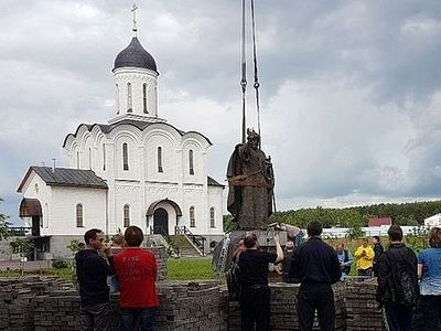 Первый в России памятник Иоанну III установлен в скиту Свято-Тихоновой пустыни