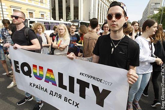 Принятие ЛГБТ-воззрений – это определенный знак повиновения (фото: Serg Glovny/Zuma/ТАСС)