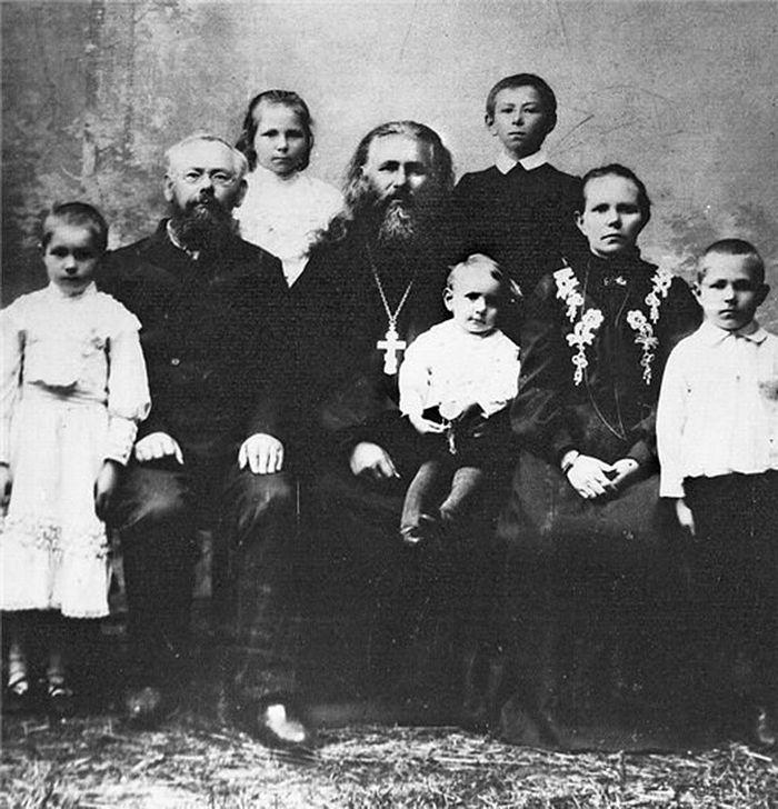 Двоюродный дедушка Олега Иевлева священник Стефан Куратов в кругу семьи
