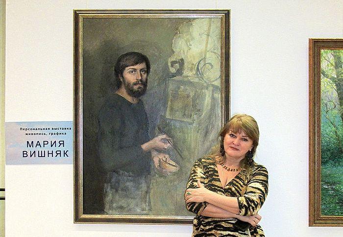 Художница Мария Вишняк у портрета ее супруга Александра Соколова