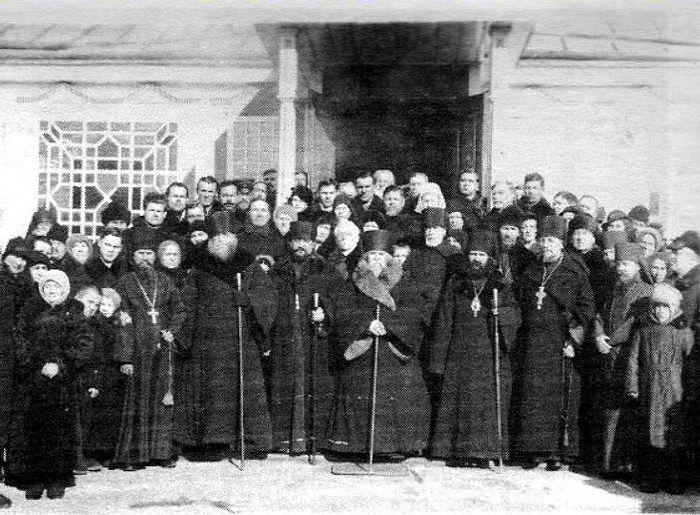 Архиерейское совещание в Шанхае. В первом ряду слева направо: епископ Дмитрий, архиепископ Нестор, митрополит Мелетий, епископ Иоанн и епископ Ювеналий