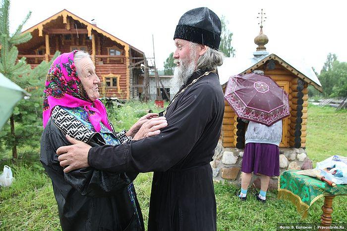 Отец Анатолий Денисов с прихожанкой. Фото: Владимир Ештокин / Православие.Ru
