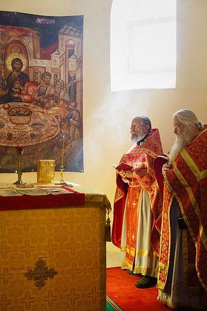 Священник Федор Калинин (слева)