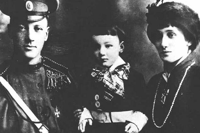 Николай Гумилев и Анна Ахматова с сыном, 1915