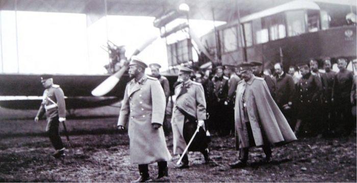 Император Николай II со свитой и авиаконструктор Игорь Иванович Сикорский после осмотра первого в мире многомоторного пассажирского самолета «Гранд». Июль 1913 г.