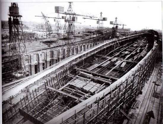 Сборка корпусов линейных крейсеров «Бородино» и «Наварин» на стапелях Адмиралтейского судостроительного завода
