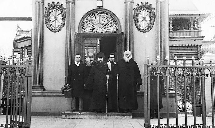 Епископ Иоанн (Максимович) и протопрествитер Михаил Филологов у Иверской часовни в Харбине