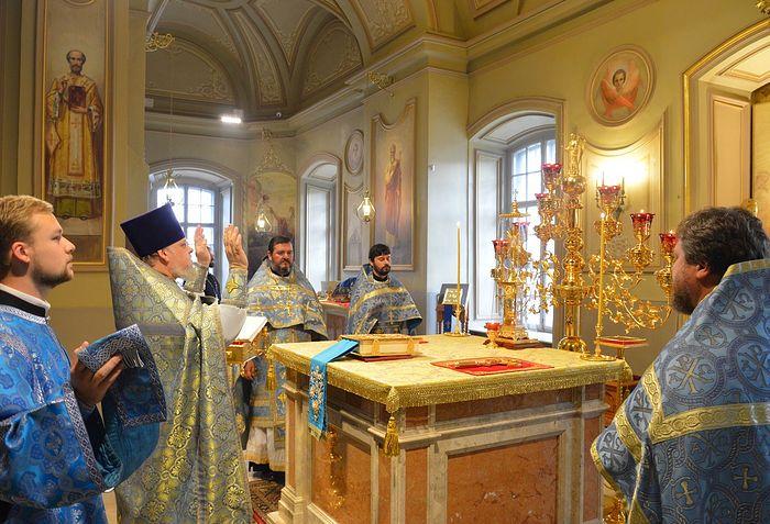 За литургией в храме сщмч. Климента, папы Римского
