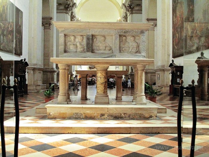 Каменный саркофаг с мощами святого Луки в базилике святой Иустины в городе Падуя, Италия